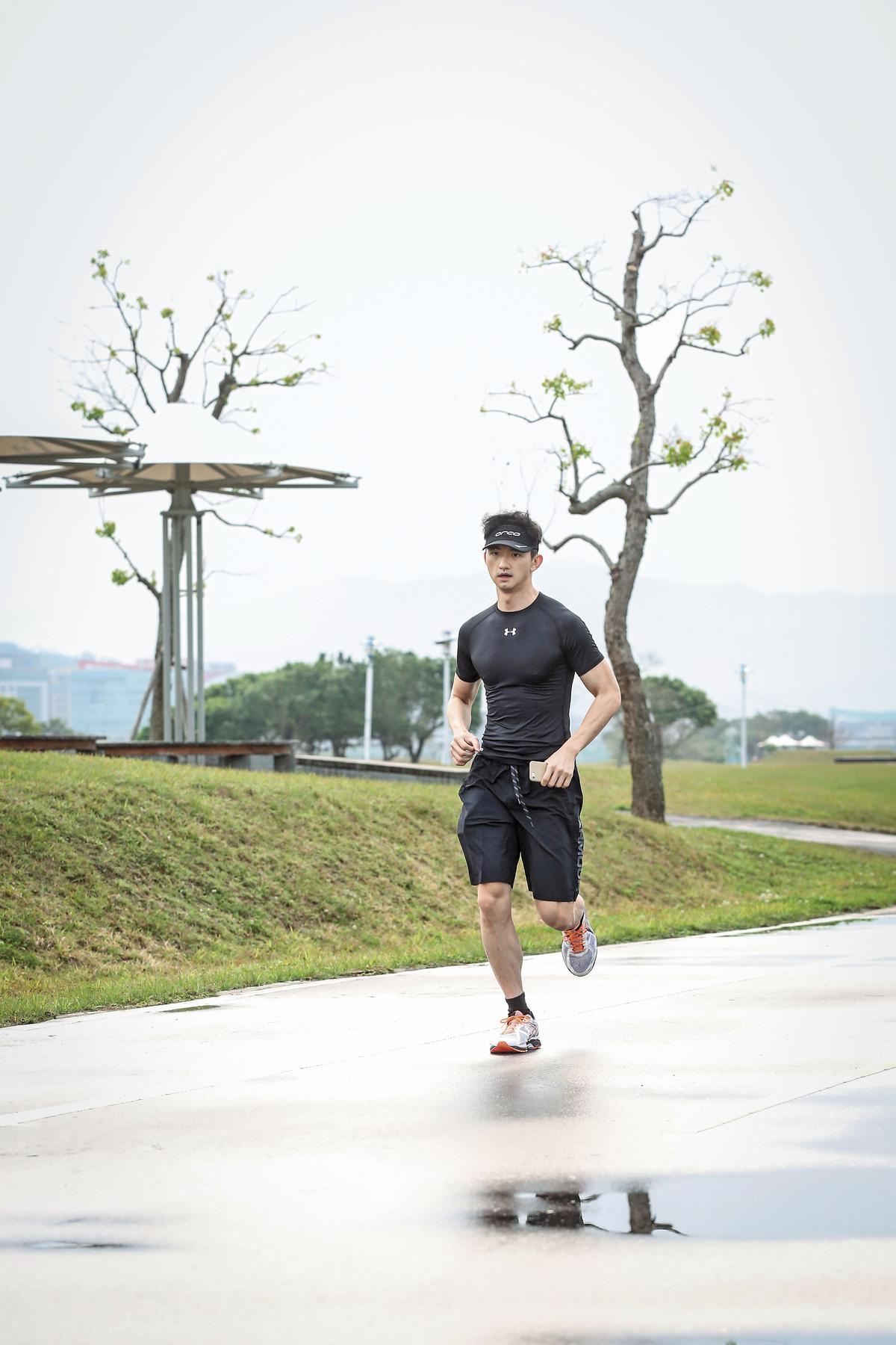 陳彥誠今年5月要和父親一起挑戰夏威夷火山馬拉松,一有空閒就練跑。