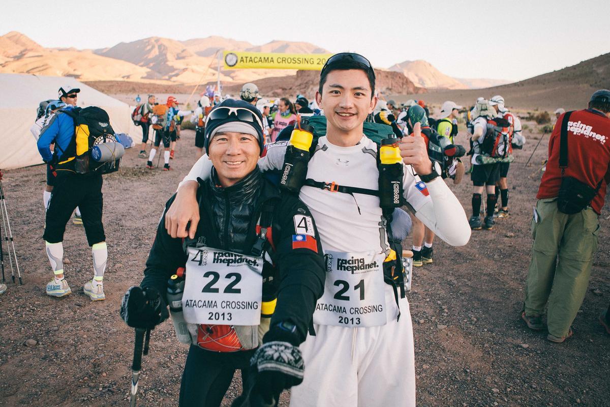 合隆毛廠董事長陳彥誠(右)與父親陳焜耀(左),曾用2年時間征服世界4大極地超級馬拉松。