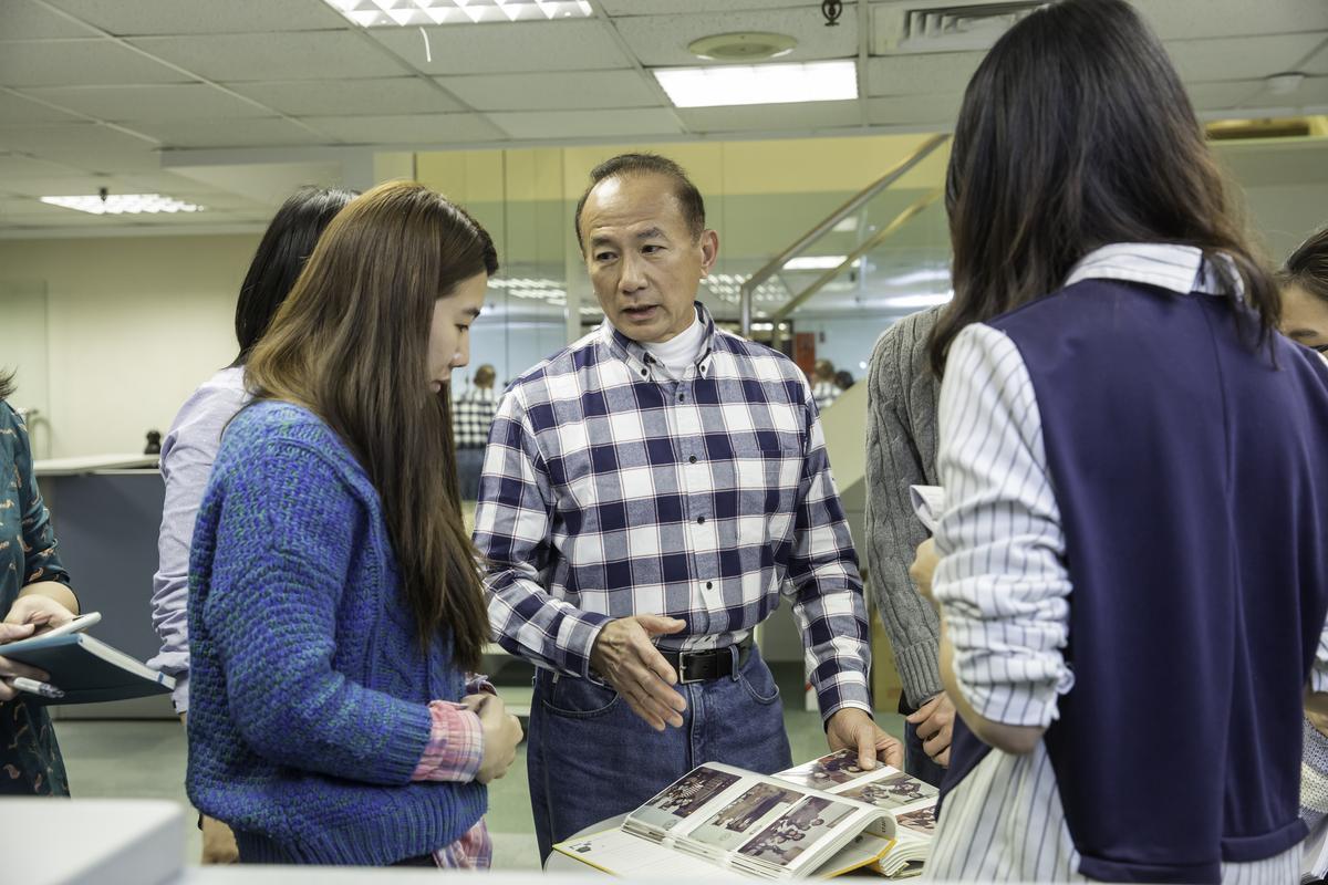 在第4代陳焜耀(中)帶領下,合隆的羽絨原料產量占全球6分之1,年營收50億元。