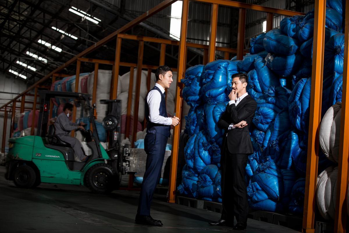 陳彥誠(右)2003年進入合隆,2年後到黑龍江建廠,半年內就完工生產,左為合隆台灣區經理鄭秉寰。