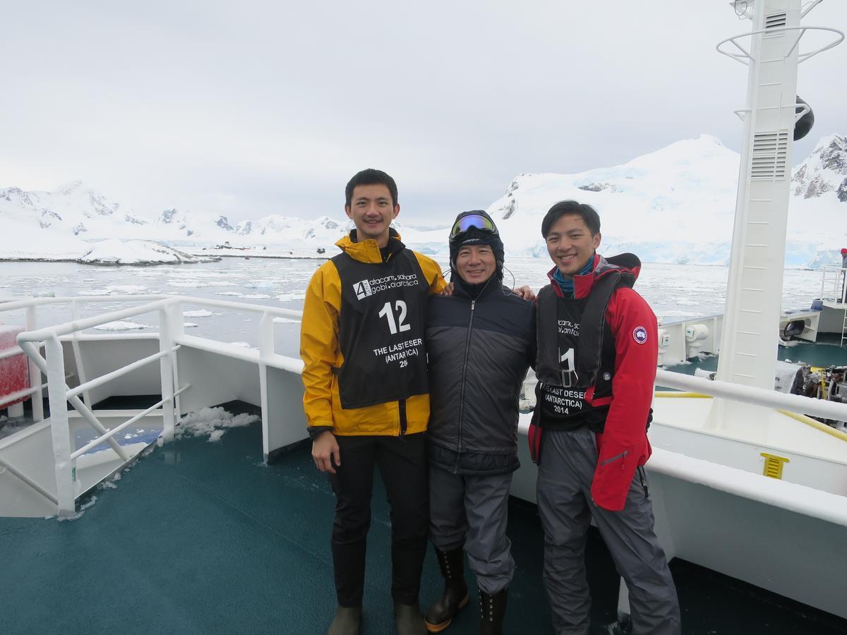 今年5月,陳彥誠(左)將和父親陳焜耀(右)挑戰夏威夷火山馬拉松。圖為2014年父子三人完成南極極地馬拉松,右為弟弟陳彥誌。(合隆提供)