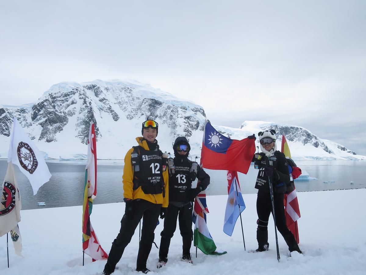 2014年,陳彥誠(左)與父親陳焜耀(中)、弟弟陳彥誌(右)完成南極超馬,相約之後三代同堂,一起再到南極跑步。(陳彥誠提供)