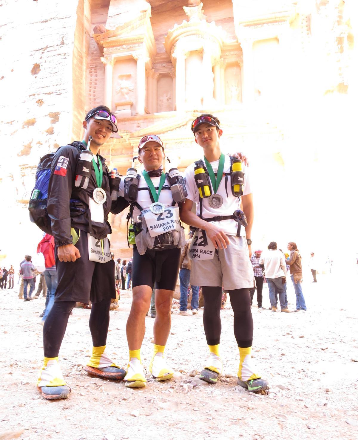 2014年,陳彥誠(右)與父親陳焜耀(中)、弟弟陳彥誌(左)一同挑戰撒哈拉沙漠超馬。(陳彥誠提供)
