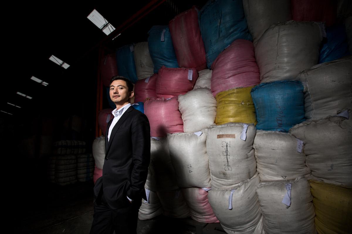 陳彥誠站在合隆大園廠準備出貨的羽絨半成品前,36歲的他將帶領百年企業向前衝。