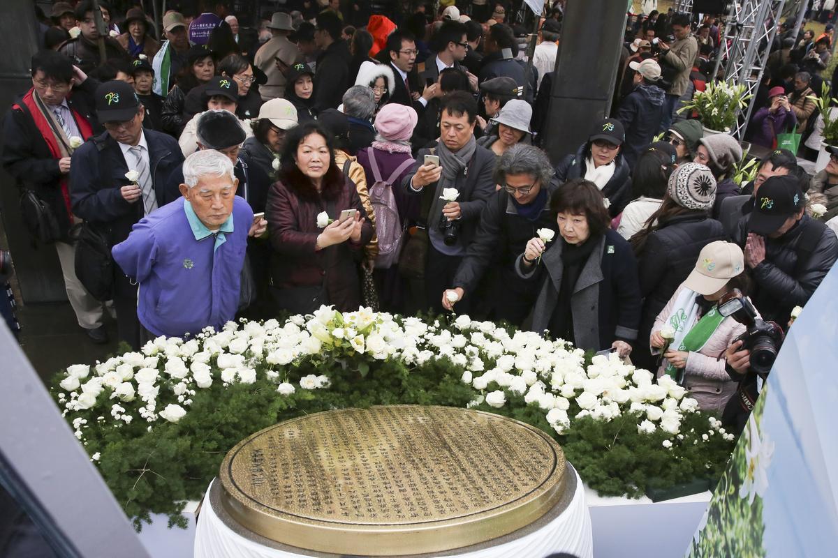 228受難者家屬於紀念活動追思先人。