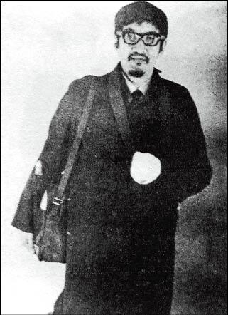 彭明敏於二戰在日本被炸掉左臂,逃亡時以三角巾包紮義肢,掩人耳目。