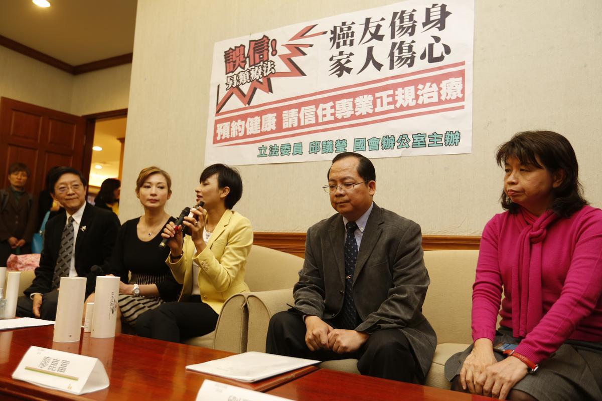 出席記者會的衛福部醫事司副司長廖崑富表示,若業者未取得醫師資格就執行醫師業務,就涉嫌違法《醫師法》第28條,可處6個月以上、5年以下有期徒刑。