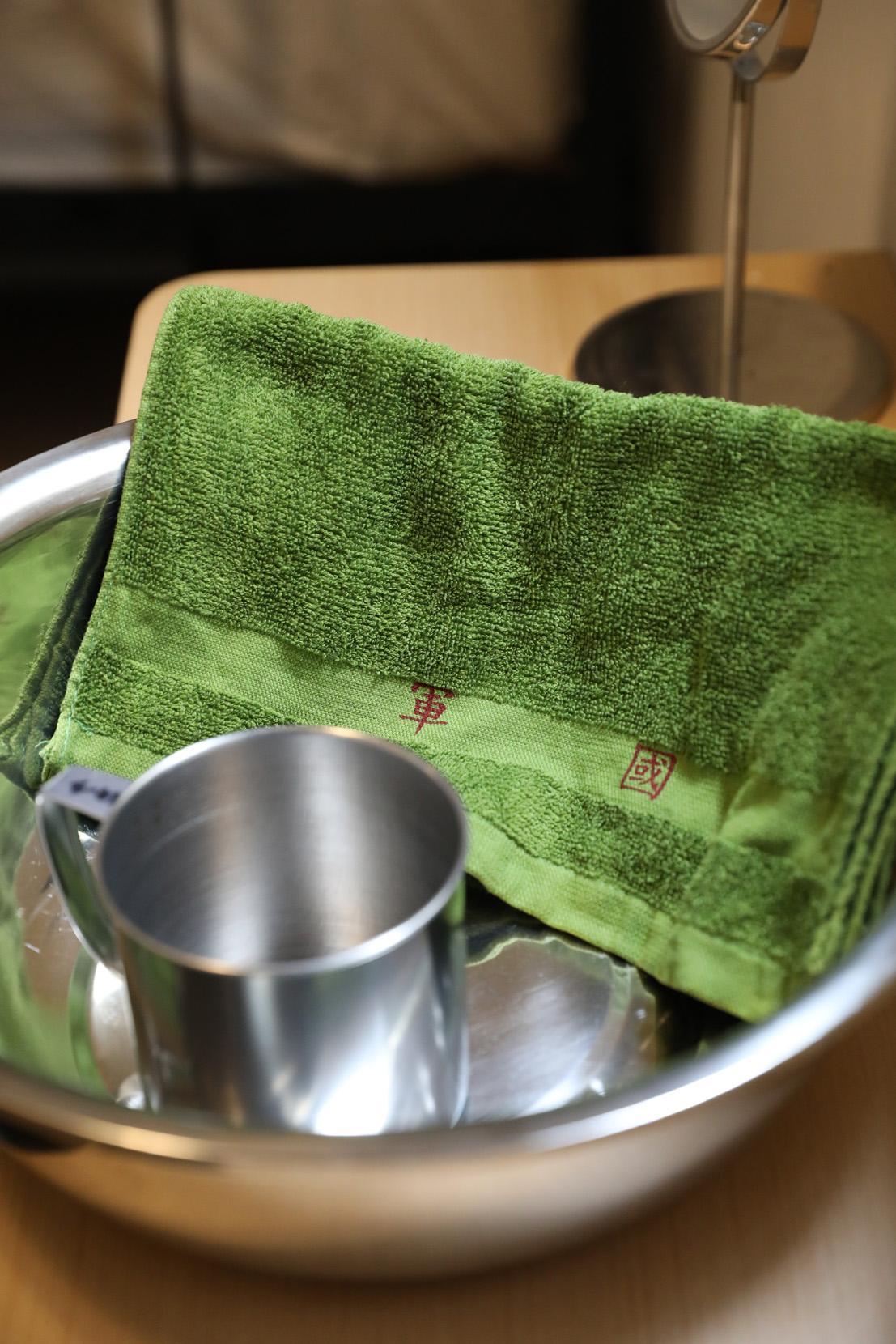 每位房客都提供一個鋼盆、鋼杯與軍用綠色毛巾。