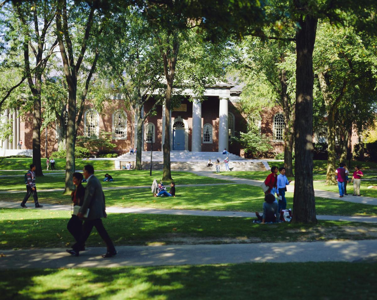 調查顯示,審核大學入學申請的負責人都會察看申請學生在社群媒體上的足跡。圖為哈佛校園一景。(東方IC)