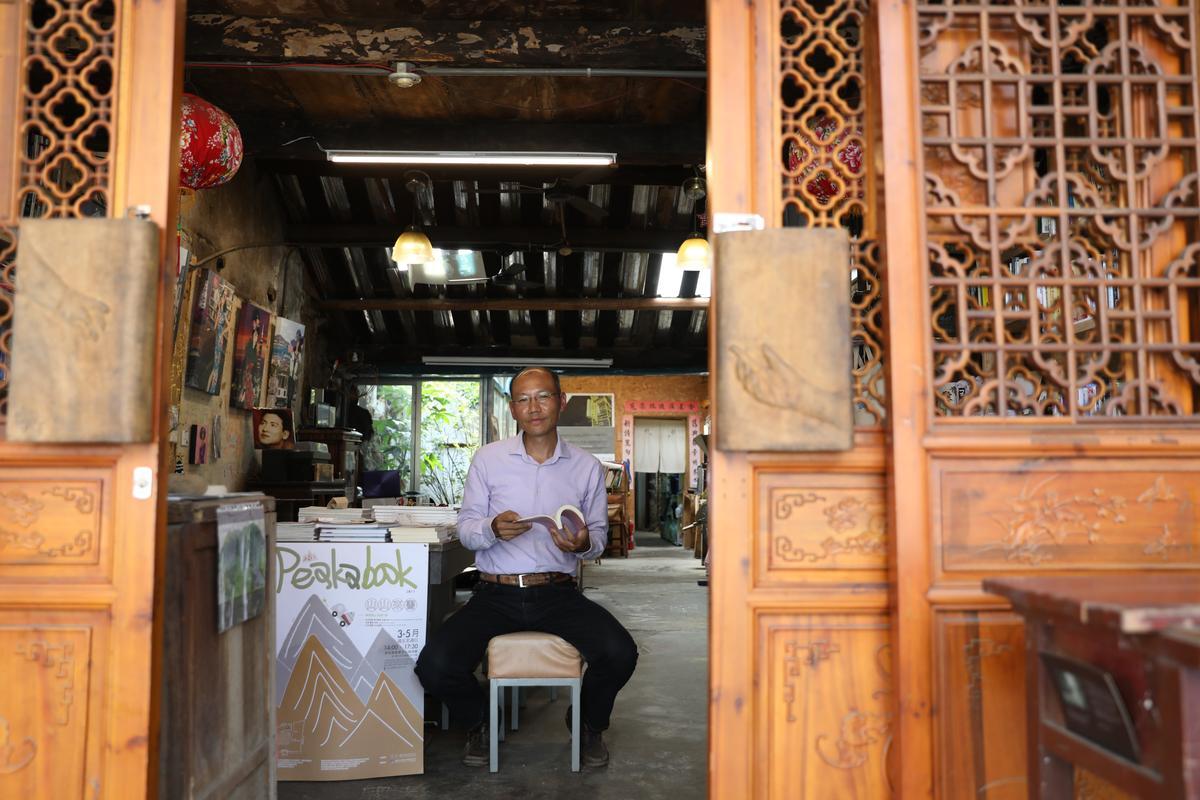 「石店子69有機書店」主人盧文鈞為老屋裝上有味道的6扇門。