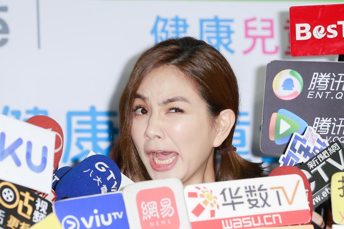 媒體旁敲側擊問起Ella跟老公的房事,讓她忍不住表情扭曲。