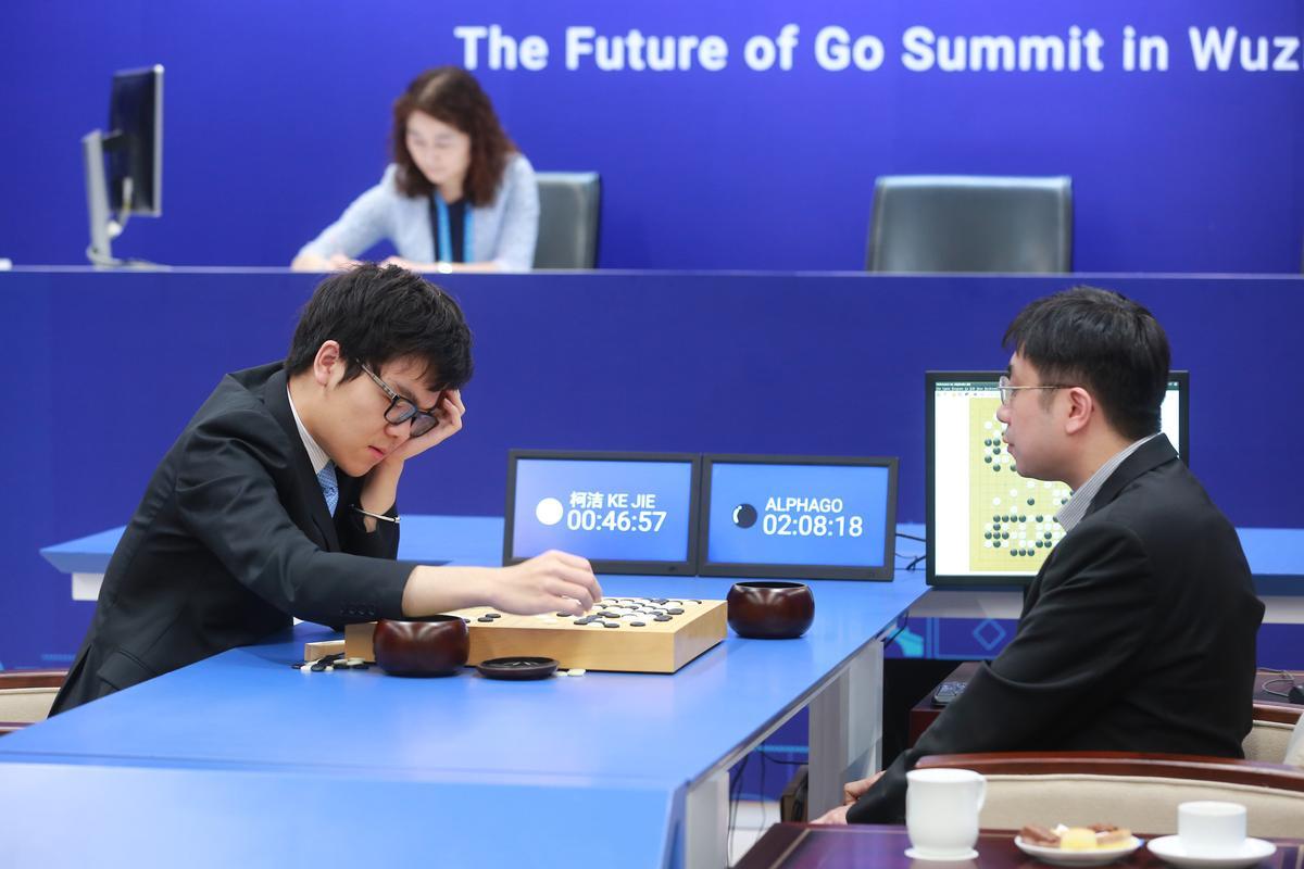 中國棋王柯潔遭人工智慧圍棋程式AlphaGo完敗,引發世人一陣譁然。(東方IC)