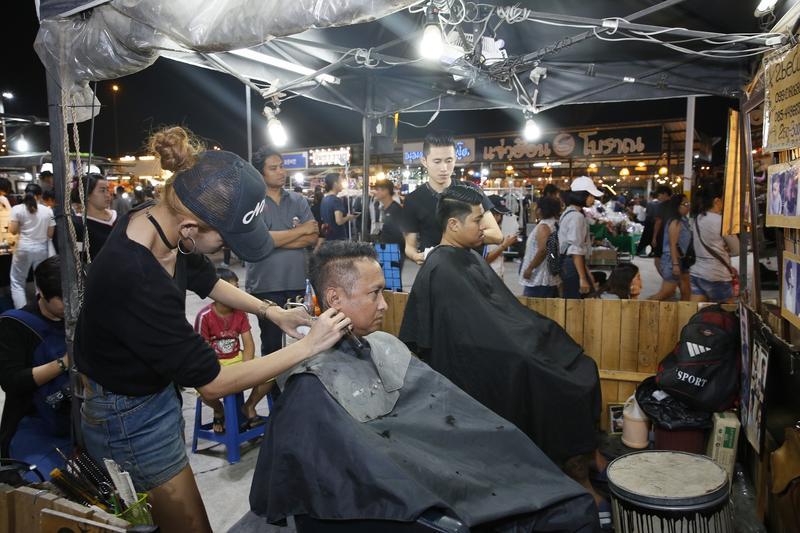 曼谷夜市剪髮記 理髮師都說我很帥