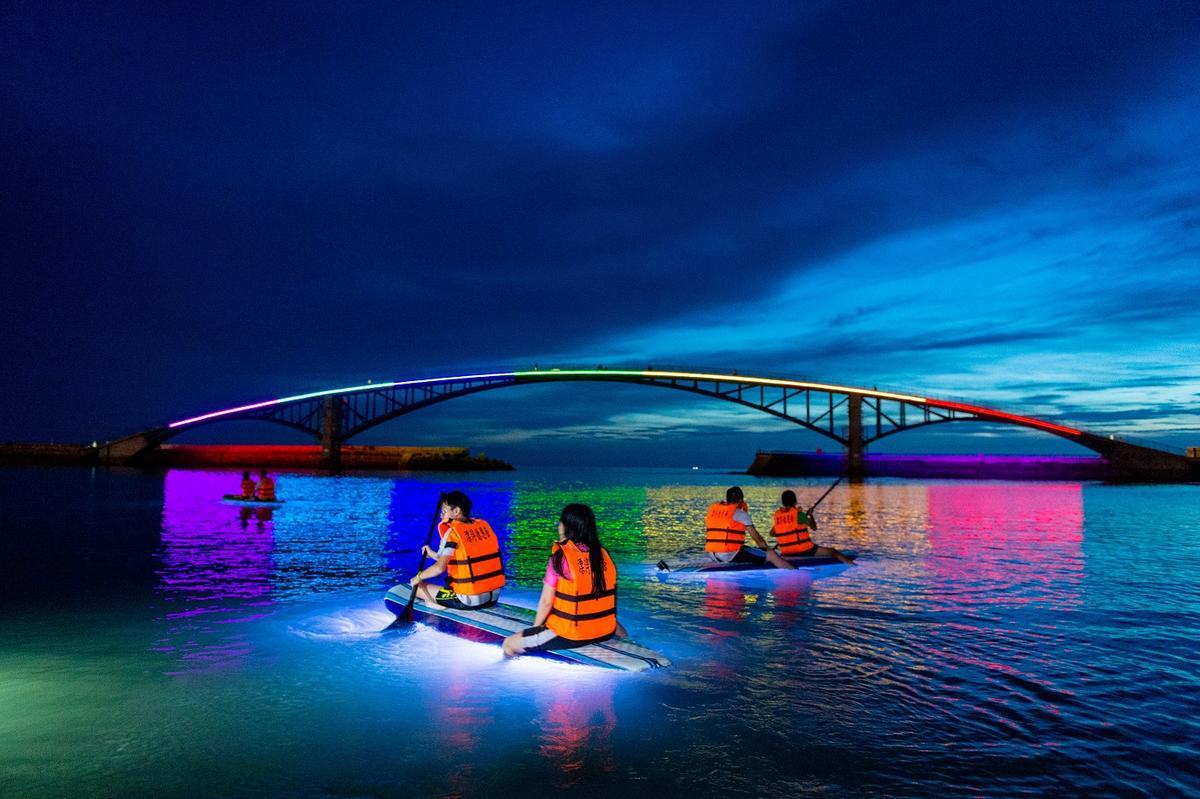 整片大海都在發光 螢光SUP登陸澎湖