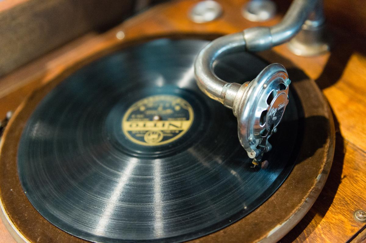 老宅一樓的黑膠唱盤,已有80歲了,仍能播放美妙音樂。