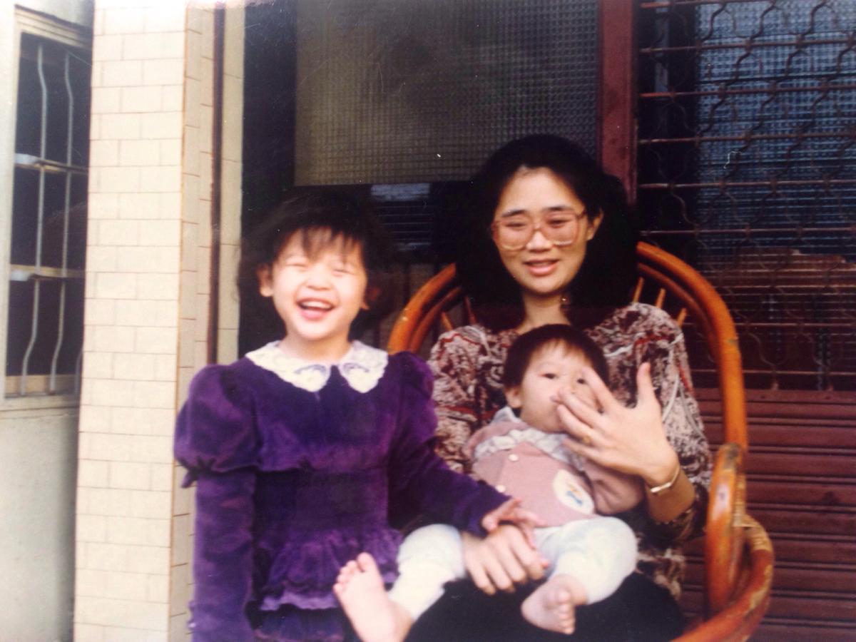 小時候,媽媽(右)總是迫不及待幫鄭介瑤(左)換上外國進口的洋裝,打扮成可愛小公主的模樣。(鄭介瑤提供)