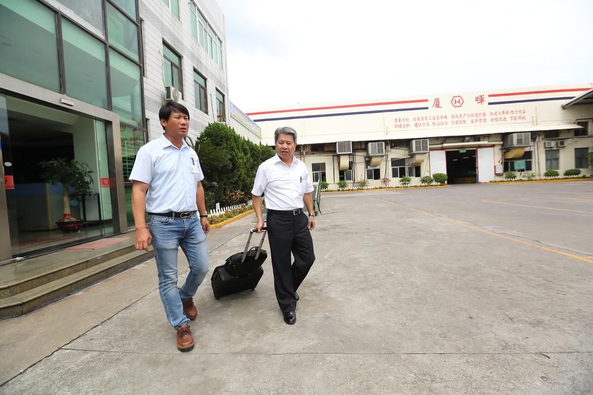 六暉董事長吳金鹿(右)常常廈門、昆山、印尼、台灣來回出差,認為要勤跑第一線才能掌握最新狀況,左則為廈門廈暉廠總經理許瀚元。