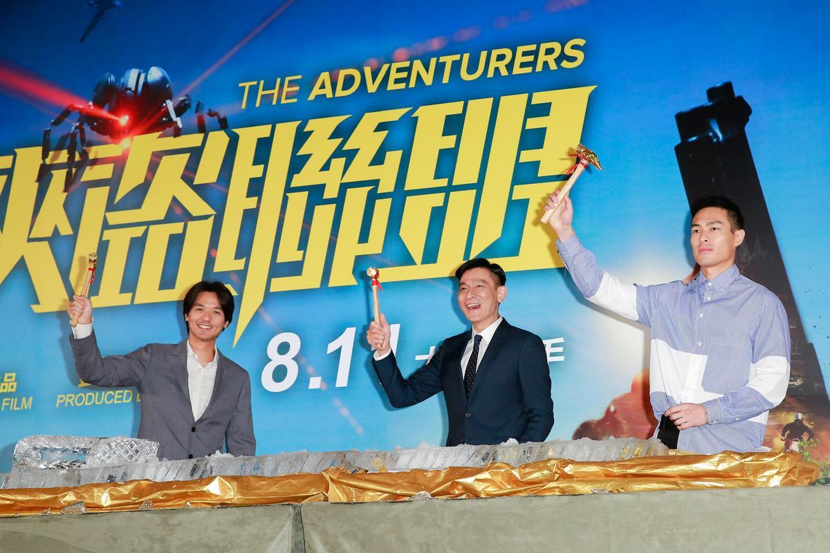 劉德華出席《俠盜聯盟》電影記者會,與導演馮德倫及楊祐寧一起敲開象徵票房破億的冰磚。