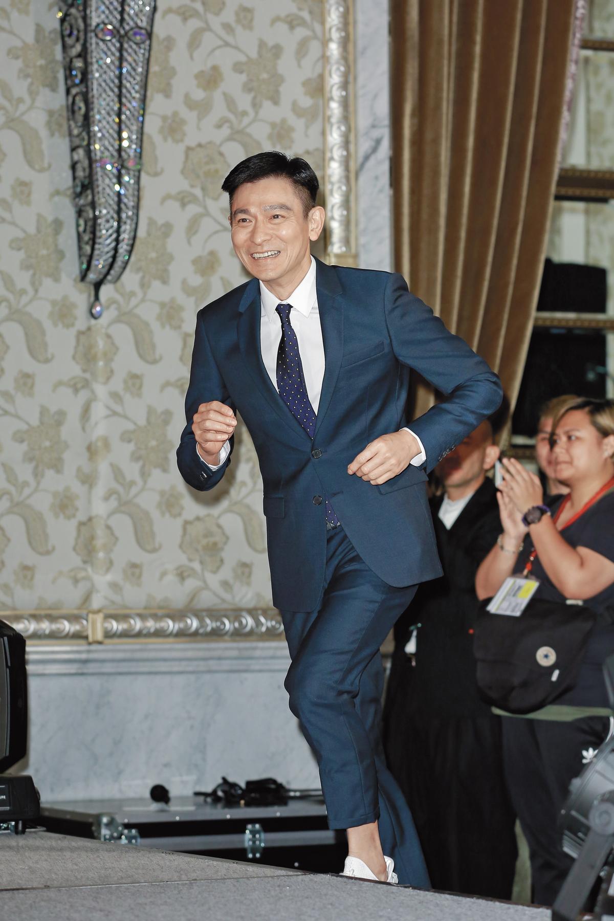 跑跑跑,向前跑! (設計對白)劉德華小跑步上台,令廣大粉絲欣慰。