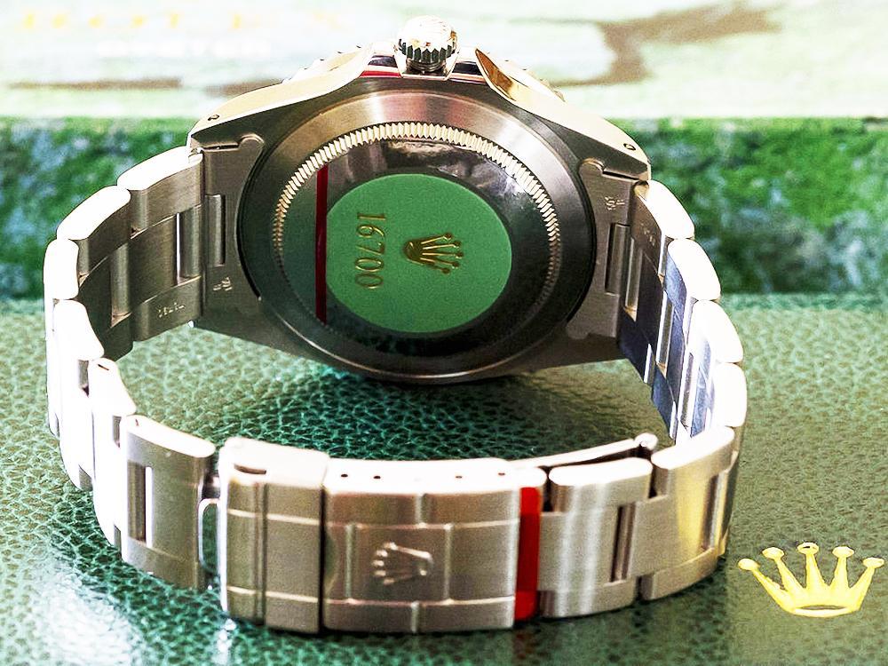1990年代初至2000年的ROLEX新錶底蓋貼紙已改為綠底金字設計,錶釦上也開始出現紅色膠紙防止與錶帶互相碰撞刮傷,但錶身的膠膜依舊付之闕如,後者大約到2002年前後才出現。