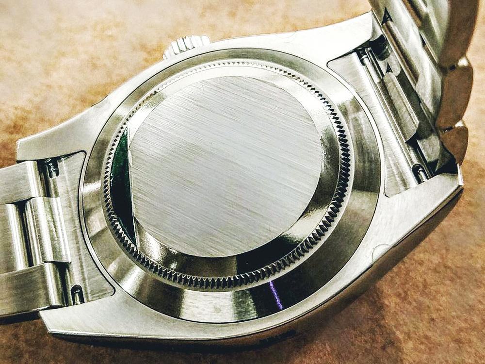 2006~2007年左右,因部分消費者佩戴前未撕除貼紙而造成皮膚過敏,故原廠後來僅在底蓋上貼透明膠膜,正常佩戴不久後即會自行脫落。