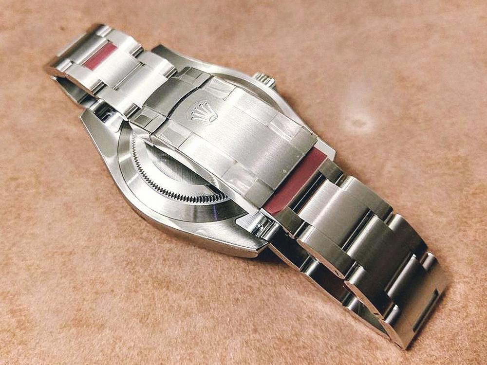 錶釦及帶身前端皆有膠膜。