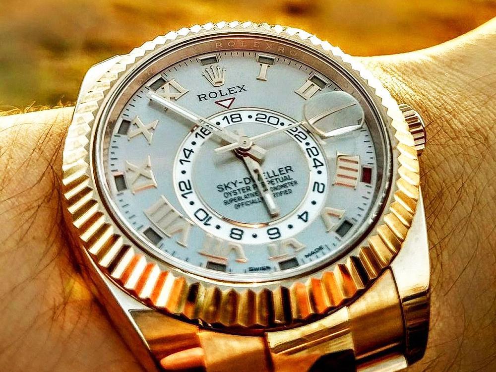 若是貴金屬款,有無膠膜價格更是天差地別。以筆者的Sky-Dweller 326935永恆玫瑰金腕錶為例,訂價為161.9萬元,膠膜俱全的新品依照公司貨與水貨兩種不同管道,成交價大約是115~145萬元,若是無膠膜的近新品,大約在95~100萬左右。幾片透明膜價竟值數十萬,實在不可思議。