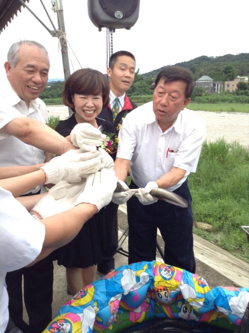 郭瓊英(左2)過去在擔任台灣鰻魚發展基金會董事長期間曾多次參加公部門舉辦的種鰻放流復育活動。(旺生提供)