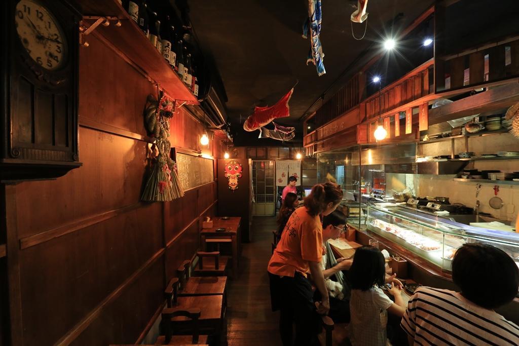 店內以鎢絲燈照明,營造深夜食堂的溫馨感。