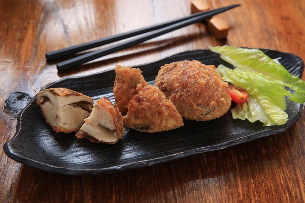 「香菇蝦球」是用草蝦、花枝、洋蔥打成漿,再同香菇裹粉酥炸,吃得到海鮮的甜和香菇的鮮。(200元/份)