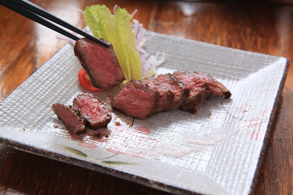 「炭烤舒肥牛小排」是將安格斯牛小排用低溫水煮30個小時,再用備長炭炙烤出油香,肉質幾近入口即化。(320元/份)