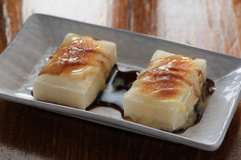 「烤麻糬」外酥內Q有嚼勁,摻入蜂蜜熬成的黑糖醬和煉乳,讓麻糬吃來香甜不膩。(120元/份)