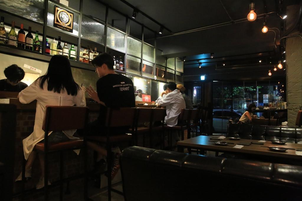 坐在吧檯區看師傅煮熱食、烤串燒也是一種享受。