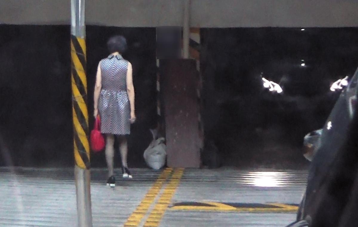 8月4日13:36,李朝永頻頻約會的獅奶奶,也住在木柵、景美附近。約會後,她從地下停車場進入,對方雖年近70歲,背影看起來仍窈窕妖嬌。(讀者提供)