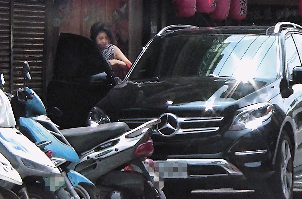 8月4日12:50,獅奶奶用完餐,愉快約會後上了李朝永的車。(讀者提供)