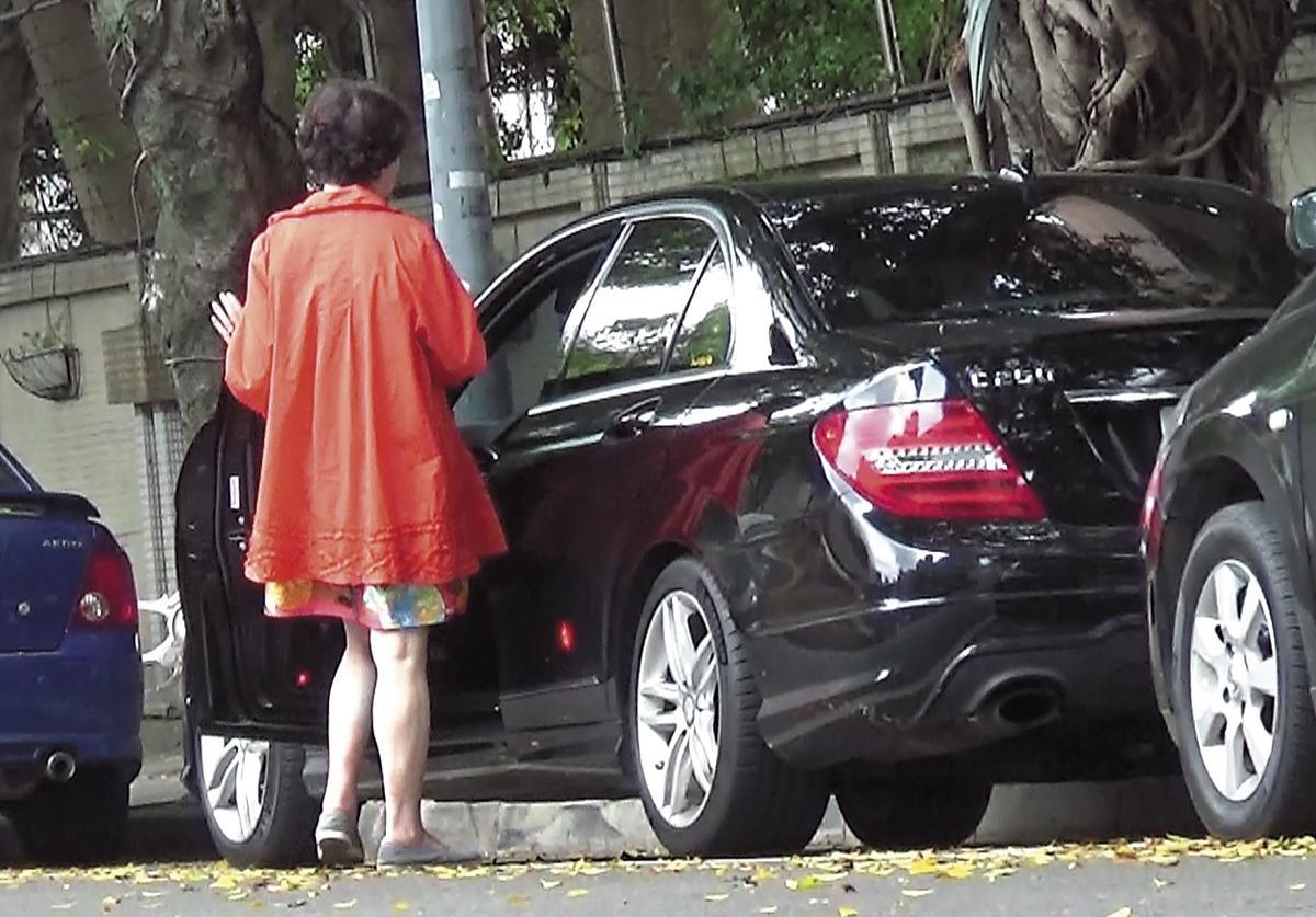 8月14日,接著她直接上了自己停在路邊的座車,一路駛離。(讀者提供)