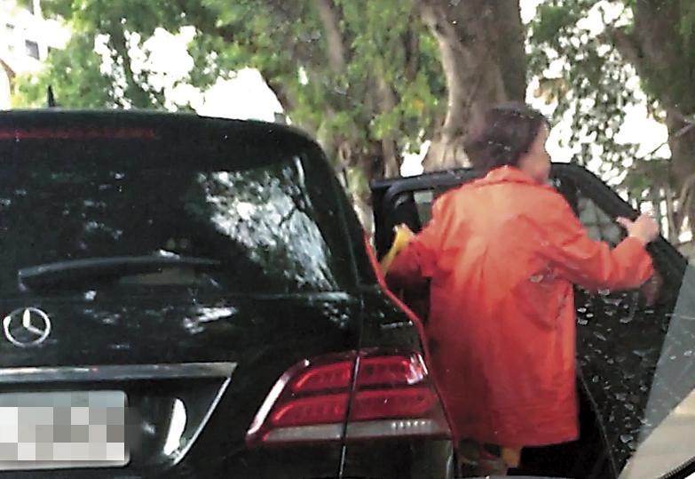 8月14日13:39,兩人在李朝永車上共度愉快時光,身影不時交錯,疑似親密擁抱,一段時間後,獅奶奶竟從後座下車,令人懷疑難道是像年輕人一樣玩車震?(讀者提供)