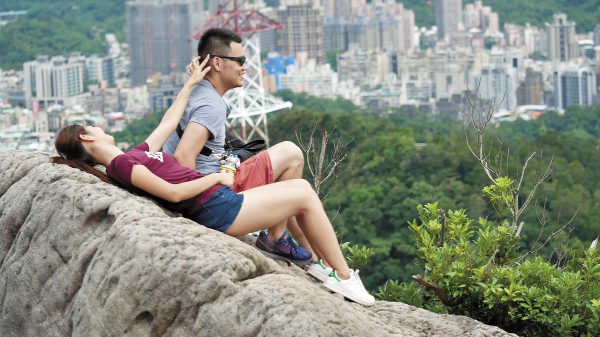 8月22日15:01,趙筱葳用手輕摸男友耳後調情。