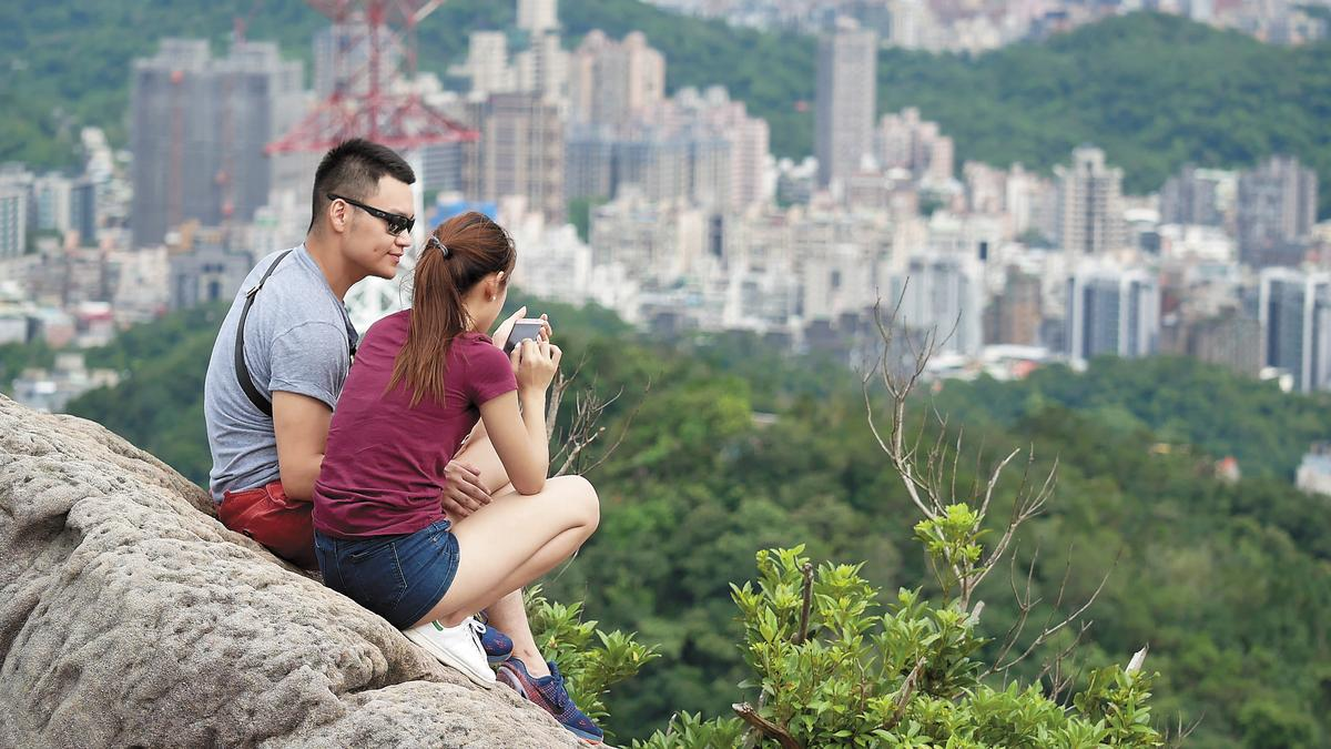 8月22日15:02,男友忍不住又將手放到趙筱葳的大腿內側磨蹭。