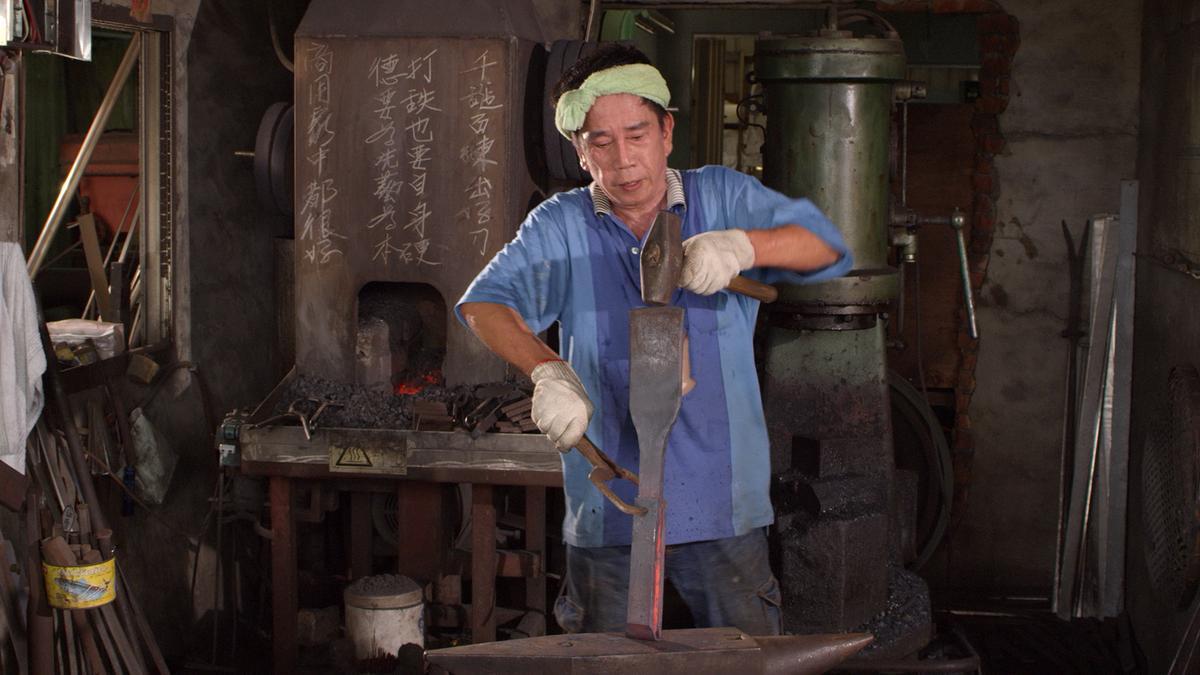 許多在台灣頻臨失傳的工匠技藝,例如打造手工刀具,也在曲導的鏡頭下一一呈現。(牽猴子提供)