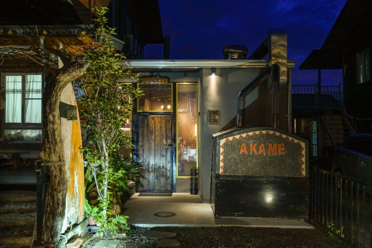 入夜後,燈火通明的Akame成了全村最熱鬧的地方。