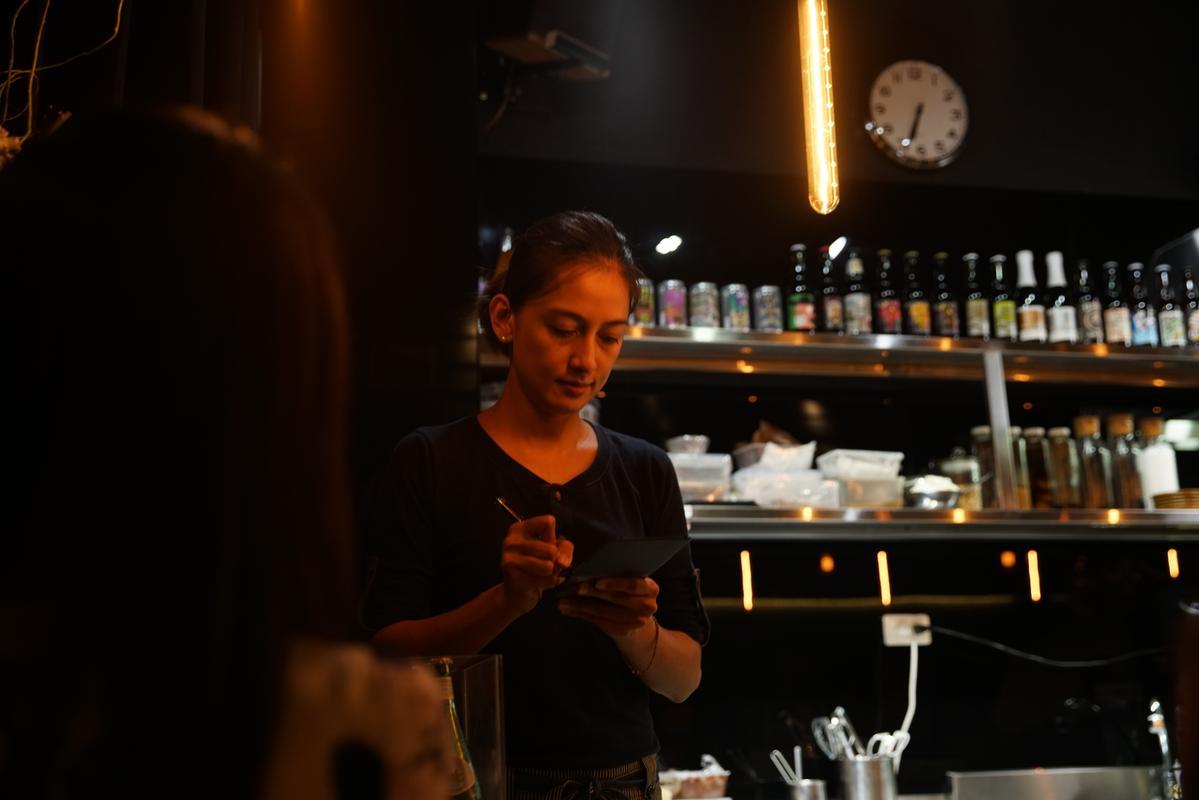 負責接待與訂位的Phoenix細心的為客人講解今日菜單。