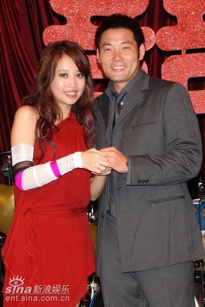 A-Lin和職棒教練老公黃甘霖結婚多年,育有一女。(翻攝新浪)