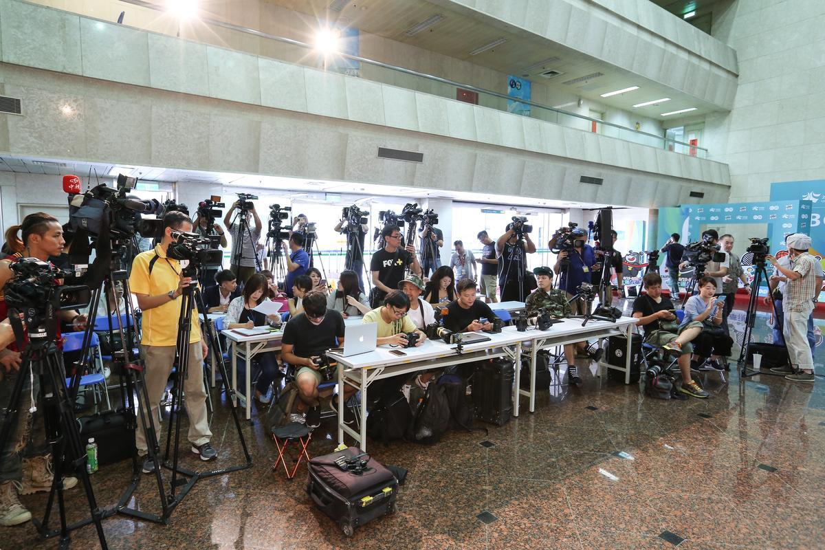 徐乃麟召開記者會正式向從從致歉,現場擠滿媒體。