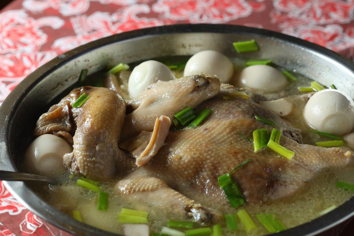 「一品鍋」是馬祖人用來送行或迎接遠方貴客來訪的料理。(5,000元桌菜菜色/10人份)