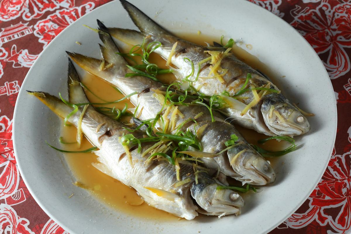 海魚配上老酒清蒸的這道「老酒馬鮁魚」,上桌立刻一掃而空。(5,000元桌菜菜色/10人份)