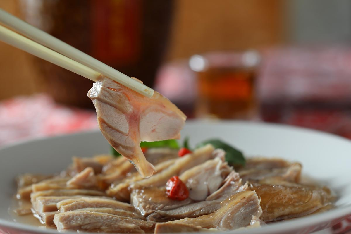 「老酒醉雞」因為加了馬祖老酒,多一分特別的酒香。(5,000元桌菜菜色/10人份)