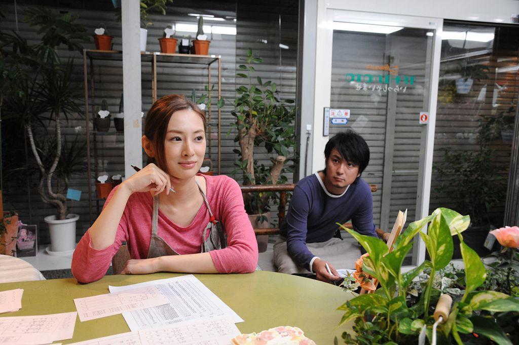 北川景子飾演女主角的閨密,一度覺得好友見色忘友,對男主角產生敵意。(車庫娛樂提供)