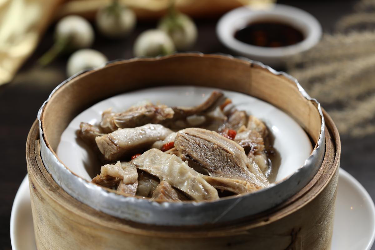招牌菜「寧夏手抓羊肉」毫無羶氣,趁熱吃最鮮嫩。(320元/份)