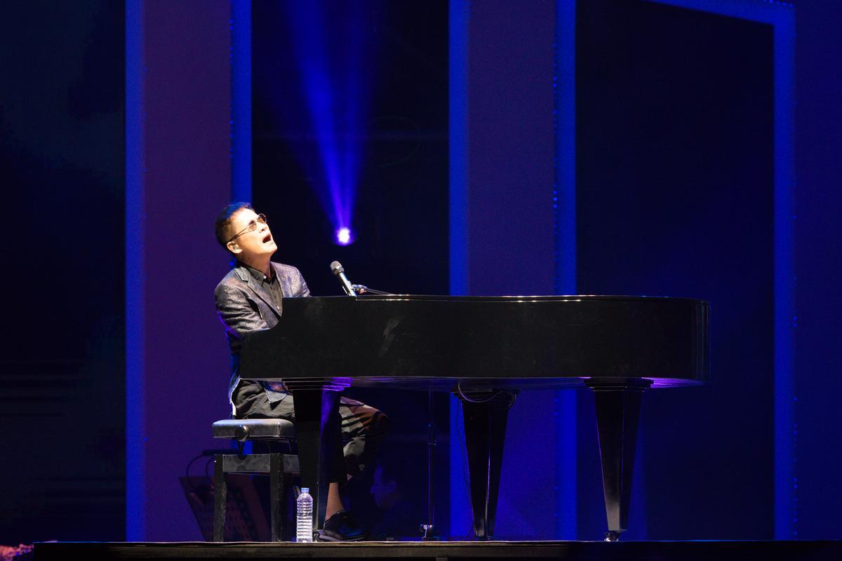 羅大佑不用提詞機,完全背詞唱了30首歌。